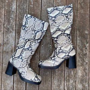 Durango boots NWOB 9 leather fun snake skin print